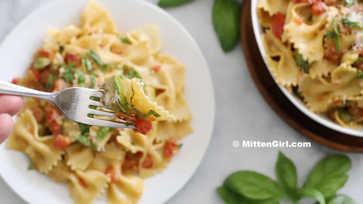 A fork full of bacon avocado pasta